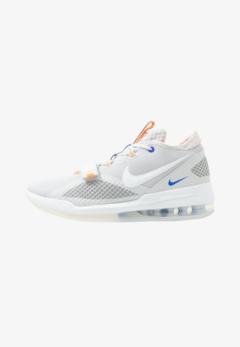 Nike Performance - AIR FORCE MAX LOW - Obuwie do koszykówki - vast grey/white/wolf grey/total orange