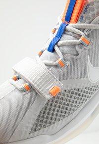 Nike Performance - AIR FORCE MAX LOW - Obuwie do koszykówki - vast grey/white/wolf grey/total orange - 5