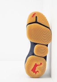 Nike Performance - LEBRON XVI LOW - Basketbalové boty - white/metallic gold/midnight navy/university red - 4