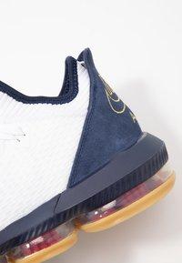 Nike Performance - LEBRON XVI LOW - Basketbalové boty - white/metallic gold/midnight navy/university red - 5