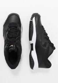 Nike Performance - LITE - Allcourt tennissko - black/metallic gold/white - 1