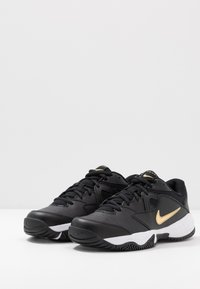 Nike Performance - LITE - Allcourt tennissko - black/metallic gold/white - 2