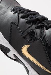 Nike Performance - LITE - Allcourt tennissko - black/metallic gold/white - 5
