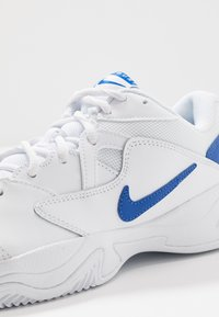 Nike Performance - COURT LITE 2 - Tennissko til grusbane - white/game royal/flash crimson - 5