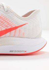 Nike Performance - ZOOM PEGASUS TURBO 2 - Zapatillas de running neutras - platinum tint/laser crimson/white/light smoke grey - 5