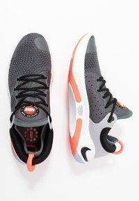 Nike Performance - JOYRIDE RUN FK - Neutrala löparskor - dark grey/bright crimson/pure platinum - 1