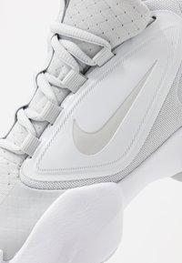 Nike Performance - AIR MAX ALPHA SAVAGE - Sportschoenen - pure platinum/white - 5
