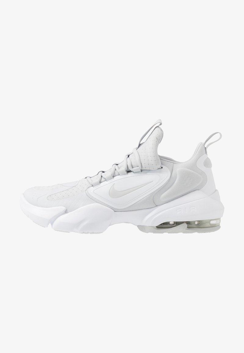Nike Performance - AIR MAX ALPHA SAVAGE - Sportschoenen - pure platinum/white