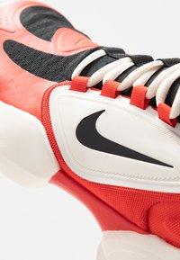 Nike Performance - AIR MAX ALPHA SAVAGE - Zapatillas de entrenamiento - habanero/black/pale ivory - 5
