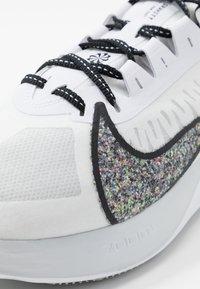 Nike Performance - ZOOM GRAVITY - Zapatillas de running neutras - white/multicolor/pure platinum - 5