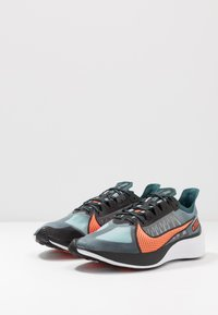 Nike Performance - NIKE ZOOM GRAVITY - Zapatillas de running neutras - midnight turquoise/hyper crimson/black/neptune green/aurora green/white - 2