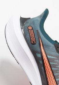 Nike Performance - NIKE ZOOM GRAVITY - Zapatillas de running neutras - midnight turquoise/hyper crimson/black/neptune green/aurora green/white - 5
