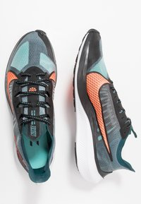 Nike Performance - NIKE ZOOM GRAVITY - Zapatillas de running neutras - midnight turquoise/hyper crimson/black/neptune green/aurora green/white - 1