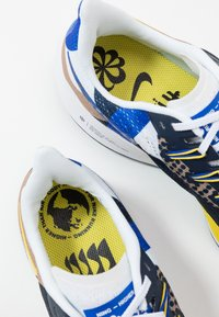 Nike Performance - AIR ZOOM PEGASUS 36 CODY - Laufschuh Neutral - hyper royal/chrome yellow/white/obsidian - 5