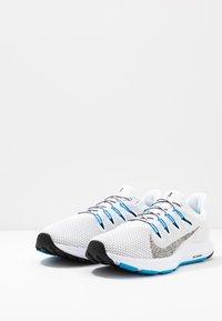 Nike Performance - QUEST 2 - Zapatillas de running neutras - white/multicolor/blue hero - 2
