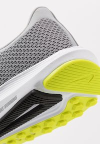 Nike Performance - QUEST 2 - Neutral running shoes - light smoke grey/black/barely volt/volt - 5