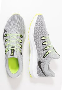 Nike Performance - QUEST 2 - Neutral running shoes - light smoke grey/black/barely volt/volt - 1