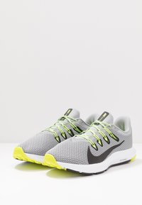Nike Performance - QUEST 2 - Neutral running shoes - light smoke grey/black/barely volt/volt - 2