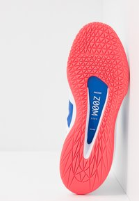 Nike Performance - COURT AIR ZOOM - Tenisové boty na všechny povrchy - white/game royal/flash crimson - 4