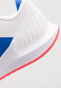 Nike Performance - COURT AIR ZOOM - Tenisové boty na všechny povrchy - white/game royal/flash crimson - 5
