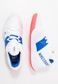 Nike Performance - COURT AIR ZOOM - Tenisové boty na všechny povrchy - white/game royal/flash crimson - 1