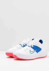 Nike Performance - COURT AIR ZOOM - Tenisové boty na všechny povrchy - white/game royal/flash crimson - 2
