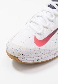 Nike Performance - COURT AIR ZOOM - Multicourt Tennisschuh - white/laser crimson/gridiron/wheat - 5