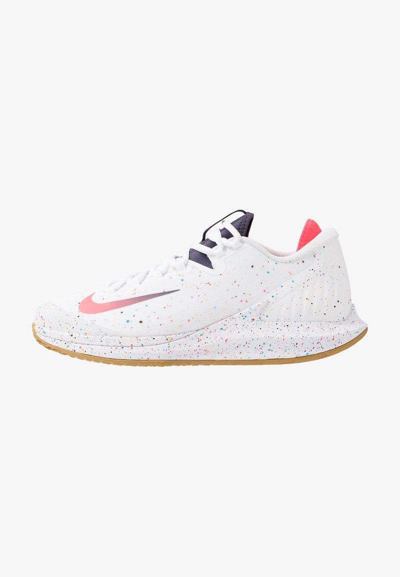 Nike Performance - COURT AIR ZOOM - Multicourt Tennisschuh - white/laser crimson/gridiron/wheat
