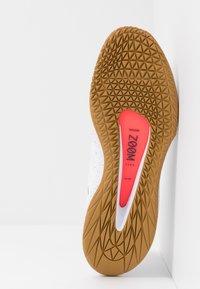 Nike Performance - COURT AIR ZOOM - Multicourt Tennisschuh - white/laser crimson/gridiron/wheat - 4