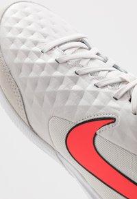 Nike Performance - TIEMPO LEGEND 8 ACADEMY IC - Botas de fútbol sin tacos - tint/bright crimson/white/black - 5