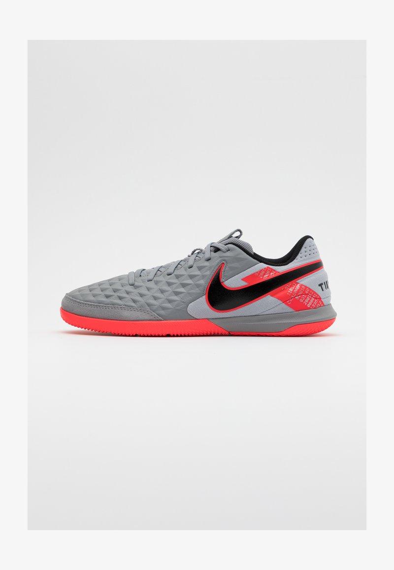 Nike Performance - TIEMPO LEGEND 8 ACADEMY IC - Chaussures de foot en salle - metallic bomber grey/black/particle grey