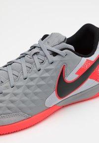 Nike Performance - TIEMPO LEGEND 8 ACADEMY IC - Chaussures de foot en salle - metallic bomber grey/black/particle grey - 5
