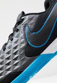 Nike Performance - TIEMPO LEGEND 8 ACADEMY IC - Botas de fútbol sin tacos - black/blue hero - 5