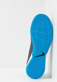 Nike Performance - TIEMPO LEGEND 8 ACADEMY IC - Botas de fútbol sin tacos - black/blue hero - 4