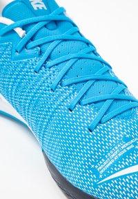 Nike Performance - VAPOR 13 ACADEMY IC - Futsal-kengät - blue hero/white/obsidian - 5