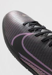 Nike Performance - VAPOR 13 CLUB IC - Zaalvoetbalschoenen - black - 5