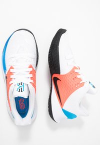 Nike Performance - KYRIE LOW 2 - Basketbalschoenen - white/black/blue hero/flash crimson