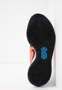 Nike Performance - KYRIE LOW 2 - Indoorskor - white/black/blue hero/flash crimson - 4