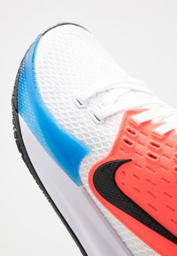 Nike Performance - KYRIE LOW 2 - Indoorskor - white/black/blue hero/flash crimson - 5