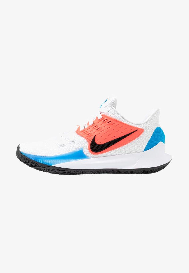 Nike Performance - KYRIE LOW 2 - Basketbalové boty - white/black/blue hero/flash crimson