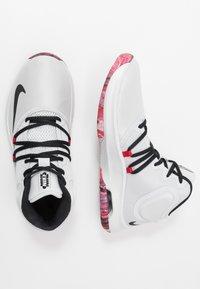 Nike Performance - AIR VERSITILE IV - Koripallokengät - photon dust/black/university red - 1