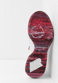 Nike Performance - AIR VERSITILE IV - Koripallokengät - photon dust/black/university red - 4