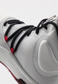 Nike Performance - AIR VERSITILE IV - Koripallokengät - photon dust/black/university red - 5