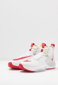 Nike Performance - ZOOM RIZE - Koripallokengät - white/red orbit/aurora green - 2