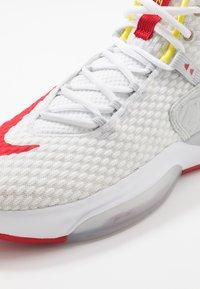 Nike Performance - ZOOM RIZE - Koripallokengät - white/red orbit/aurora green - 5