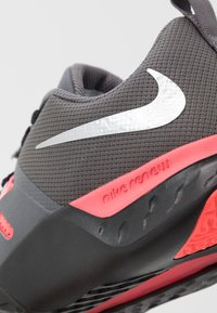 Nike Performance - RENEW RETALIATION TRAINER - Sportschoenen - gunsmoke/metallic silver/thunder grey - 5