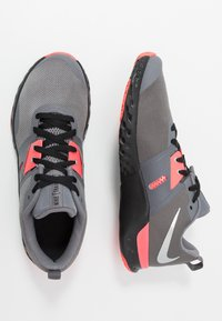 Nike Performance - RENEW RETALIATION TRAINER - Sportschoenen - gunsmoke/metallic silver/thunder grey - 1