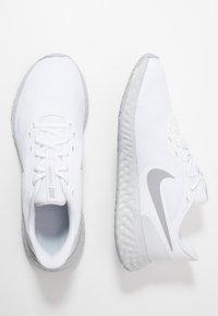 Nike Performance - REVOLUTION 5 - Juoksukenkä/neutraalit - white/wolf grey/pure platinum - 1