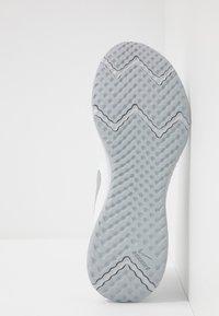 Nike Performance - REVOLUTION 5 - Juoksukenkä/neutraalit - white/wolf grey/pure platinum - 4