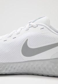 Nike Performance - REVOLUTION 5 - Juoksukenkä/neutraalit - white/wolf grey/pure platinum - 5